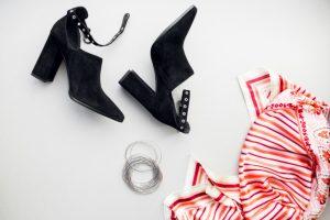 botines negros, pulceras y pañuelo rojo, como vestirse bien